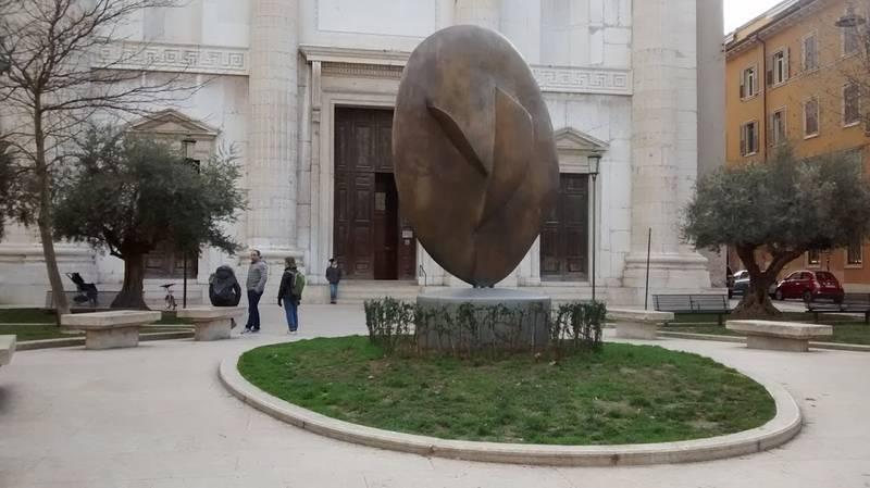 Veduta di Piazza San Nicolò, scultura di Gino Bogoni